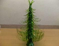 Faça esta simpática árvore de Natal pequena com garrafa pet para decorar o seu lar de forma sustentável (Foto: gourmetfarms.com.ph)