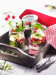 Salat mit Himbeeren, Mozzarella und Pinienkernen |  http://eatsmarter.de/rezepte/salat-mit-himbeeren-mozzarella-und-pinienkernen