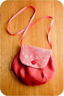 tuto-sac cute little girl bag Pop Couture, Couture Sewing, Diy Bags Purses, Little Girl Gifts, Fabric Bags, Quilted Bag, Kids Bags, Sewing For Kids, Tote Bag