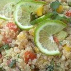 Quinoa Salat fruchtig / Wassermelone, Mango und Ananas geben diesem Quinoa Salat mit Gemüse einen fruchtigen Geschmack. Das Quinoa kann man schon am Vortag kochen. @ de.allrecipes.com