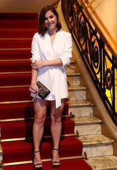 Alice Wegmann escolhe vestido curto e branco para a coletiva de Ligações Perigosas