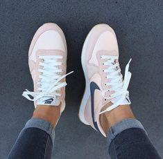 Jeans Und Sneakers, Sneakers Mode, Sneakers Fashion, Fashion Shoes, 90s Fashion, Adidas Sneakers, Nike Fashion, Athleisure Fashion, Celebrities Fashion