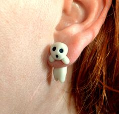 Hiiii this is a Kodama earring inspired in the great film Princess Mononoke. Handmade with polymer clay, and ready to ship in 3-5 days. Price