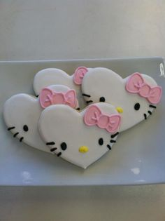 Hello Kitty Heart Shaped Cookies I loved the creativity behind these Valentine Sugar Cookies. They range from creative to adorable with links to tutorials and resources to purchase them. Cookies Cupcake, Fancy Cookies, Iced Cookies, Cute Cookies, Royal Icing Cookies, Cookies Et Biscuits, Sugar Cookies, Icing Cupcakes, Cookie Favors