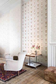 Splendour 01   Putzoptik In Creme Und Ein Schmetterlings Muster Schaffen  Eine Nostalgische Atmosphäre Im Wohnzimmer.