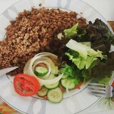 Almoço de quinta: carne moída tomate alface pepino e cebola.  Barato rápido e eficiente   Porque nem só de sopas e pratos elaborados vive o Senhor Tanquinho   Nada como uma bela salada pra deixar o prato ainda mais bonito e saudável!  #paleo #atkins #keto #primal #lchf #lowcarb #slowcarb #vidasaudavel #barrigadetrigo #semgluten #glutenfree #semlactose #lactosefree #receitaslowcarb #comidadeverdade #instafood #eatrealfood #senhortanquinho #controleseucorpo #diet #dieta #saude #health #fit…