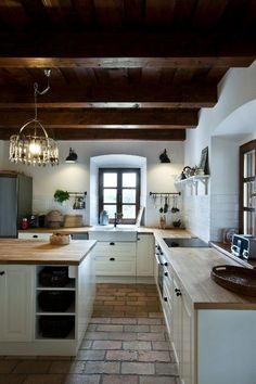 Traditional country kitchens are a design option that is often referred to as being timeless. Over the years, many people have found a traditional country kitchen design is just what they desire so they feel more at home in their kitchen. Rustic Kitchen, Country Kitchen, Kitchen Decor, Kitchen Ideas, Ikea Kitchen, Kitchen Layout, Kitchen Inspiration, Kitchen Hacks, Küchen Design