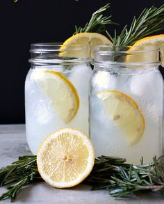 Sweet sparkling honey rosemary lemonade made with fresh honey rosemary syrup and fresh squeezed lemonade. Top with sparkling water or a splash of vodka. Refreshing Drinks, Fun Drinks, Yummy Drinks, Cold Drinks, Healthy Drinks, Summer Beverages, Cocktails, Non Alcoholic Drinks, Cocktail Drinks