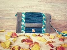 """Crochet In Love By Marta 🌺 sur Instagram: ~ Modèle Cachotin ~ . J'ai craqué pour cette pochette de chez @patrons_sacotin alors je l'ai revisitée en apportant ma petite """"crochet…"""