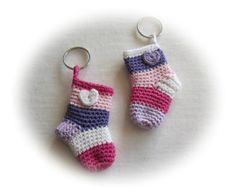 Maak Het FF-Maddy's blog: Minisokjes Crochet Socks, Crochet Baby, Knit Crochet, Crochet Keychain, Diy Keychain, Keychains, Amigurumi Patterns, Crochet Patterns, Bag Hanger