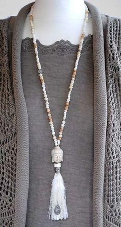 Zauberhafte Kette aus hochwertigen Perlen mit wunderschönen Anhänger. Perfekt aufeinander abgestimmte Glas-, Holz- und Howlith-Perlen in zartem cremigen Farbmix - kombiniert mit einem tollen...