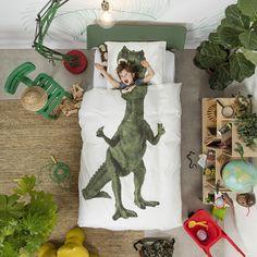 Housse de couette Dinosaure 1 place - Snurk - Retour à l'ère jurassique ! Fabriquée à partir de coton doux haute qualité, cette parure de lit dinosaure est composée d'une housse de couette et d'une taie d'oreiller. Ludique et décorative à la fois, cet ensemble Snurk offre un tyrannosaure démesuré sur lequel votre enfant pourra s'installer afin de rêver de ses plus belles aventures… Un linge de lit au design surprenant !