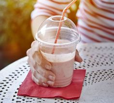 Avocado & strawberry smoothie: A creamy breakfast-friendly blend of fresh fruit and yogurt that's high in calcium and low in calories Smoothie Recipes For Kids, Protein Smoothie Recipes, Juice Smoothie, Healthy Smoothies, Healthy Snacks, Healthy Recipes, Healthy Juices, Healthy Eats, Nutribullet