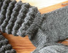 "Syltasockor När strumporna korvar sig kallar vi att de ""syltar."" Det fick de helst inte göra när jag var barn, o vilken skam. Men som det f... Gudrun, Knitting Socks, Fingerless Gloves, Arm Warmers, Mittens, Knit Crochet, Diy And Crafts, Barn, Sewing"