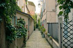 """impasse Poule 75020 Paris, Métro Avron, """"un petit trésor caché de la rue des Vignoles. Cette rue, bien connue des habitants du 20ème, est véritablement truffée d'impasses, on y retrouve notamment les impasses : de Bergame, des Souhaits, de Casteggio, Rolleboise, Rançon, Satan ou encore dans un autre style l'impasse des Crins..."""""""