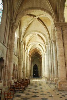 Déambulatoire de la cathédrale de Sens, Yonne, Bourgogne, 1140. Après la basilique Saint-Denis, les cathédrales seront toujours plus hautes et plus grandes. Les bas-côtés de la cathédrale de Sens sont surélevés afin d'apporter encore plus de lumière. Les voûtes se divisent en 6 à cause de l'alternance piles fortes (avec colonnes et colonnettes) et piles faibles (simples colonnes).