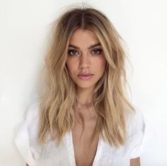Hair coloring: 29 looks with trendy bronde hair 2017 in photos - Coloration cheveux : 29 looks avec les cheveux bronde tendances 2017 en photos Hair coloring: 29 looks with trendy bronde hair 2017 in photos Dark Blonde Hair Color, Brown Blonde Hair, Blonde Ombre, Blonde Highlights, Ombre Hair, Blonde Ends, Blonde Brunette, Blonde Hair With Dark Roots, Blonde Balayage Honey