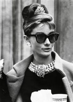 Audrey Hepburn was a fashion and style icon with a timeless fashion. Here are some ways you can keep her style alive. Get your Audrey Hepburn style on! Audrey Hepburn Outfit, Audrey Hepburn Mode, Audrey Hepburn Breakfast At Tiffanys, Audrey Hepburn Sunglasses, Aubrey Hepburn, Audrey Hepburn Fashion, Audrey Hepburn Givenchy, Hollywood Party, Old Hollywood