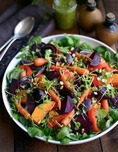 Il n'y a pas que les soupes de légumes en hiver. Cette saison, place aux salades d'hiver colorées, vitaminées et rassasiantes à base de légumes, céréales et légumineuses. 11 recettes à tester en attendant le printemps. http://www.elle.fr/Elle-a-Table/Les-dossiers-de-la-redaction/Dossier-de-la-redac/salade-hiver