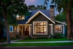 Классический дом черного цвета с красивым и уютным внутренним двором