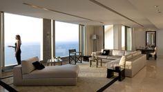 penthouse wohnung-wohnzimmer panoramafenster-möbel neutrale farben-teppich