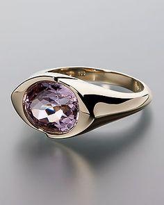 Opulenter Goldring mit einem Kunzit in Rosé von Sogni d´oro - Dieser wertvolle Ring ist eine gelungene Komposition aus Gold und einem roséfarbenem Edelstein. Der Edelstein in Rosé ist ein Kunzit aus Brasilien. Der über einen Zentimeter große Stein ist facettiert, um einfallendes Licht wunderschön zu reflektieren. Dieser Ring an Ihrer Hand mutet wie ein schmuckes Auge an.   #schmuck #sognidoro #sogni #doro #ring #rose