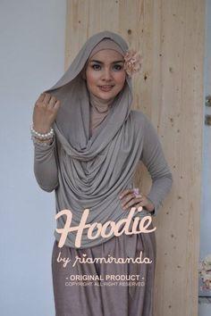 Cute style, love the skirt hijab combo, simple and feminine. Hijab Fashion 2016, Muslim Women Fashion, Islamic Fashion, Modest Fashion, Womens Fashion, Modele Hijab, Hijab Chic, Islamic Clothing, Hijab Outfit