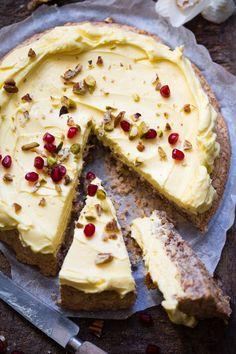 Hvordan får man egentlig en krem som ikke renner over alt? Jeg har trikset, og det er veldig enkelt. Suksessterte et en norsk favoritt blant kaker, og det et ikke rart. Denne kaken er jo bare utrolig god. I tillegg er den glutenfri så her er det mange som kan kose seg. Jeg tror den er såpass god på grunn av den gode smørkremen som den pyntes med. Trykk deg inn så får du oppskriften. Something Sweet, No Bake Cake, Baking Recipes, Camembert Cheese, Beverages, Drinks, Food And Drink, Sweets, Cooking