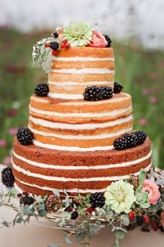 What a timeless and fresh looking naked cake!