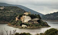 Sardegna-Nel lago Is Barrocus a Isili possiamo ammirare questo splendido isolotto creatosi per effetto del riempimento dell'invaso, sul quale è presente un'antica chiesetta intitolata a San Sebastiano. Foto di Cristiano Cani