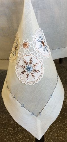 This Pin was discovered by Ser Table Linens, Home Textile, Doilies, Fiber Art, Flower Power, Needlework, Diy And Crafts, Textiles, Quilts