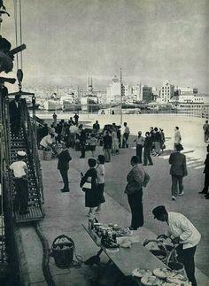 1965 - Πειραιάς στό λιμάνι, έπιβίβαση έπιβατών στά πλοία...