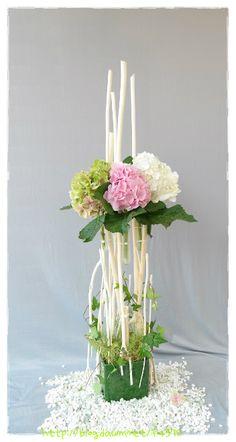 ......삼위일체 대축일(주일) 이번주에는 삼위일체 대축일 꽃 연출을 공부했습니다.'하느님 아버지께서는 아드님과 성령과 함께 한 하느님이시며 한 주님이시나, 한 위격이 아니라 한 본체로 삼위일체 하느님이시다'닥나무로 간단하게 틀을 짜고 Tropical Flower Arrangements, Tropical Flowers, Diy Flowers, Fresh Flowers, Flower Decorations, Ikebana, Deco Floral, Floral Design, Vase Deco