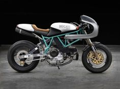 Moto Studio of Miami built this sweet Ducati 900 SS/SP. The styling is inspired by legendary Ducati racer Paul Smart. Ducati Cafe Racer, Inazuma Cafe Racer, Cafe Racer Bikes, Cafe Racer Motorcycle, Motorcycle Outfit, Cafe Racers, Motorcycle Quotes, Moto Ducati, Women Motorcycle