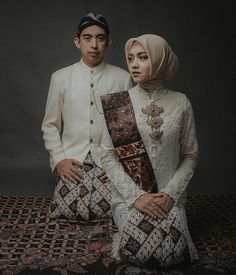 Every picture tells a story. As for this one, we can tell that the couple acknowledge their Javanese Wedding, Indonesian Wedding, Pre Wedding Poses, Pre Wedding Photoshoot, Wedding Couples, Wedding Ideas, Muslimah Wedding Dress, Foto Wedding, Batik Fashion