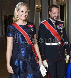 OSLO 20081014: Kronprinsesse Mette-Marit i blå brokadekjole, kronprins Haakon, på vei til banketten på Slottet i anledning statsbesøket til Irlands president. Foto: Cornelius Poppe / SCANPIX POO