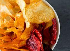 ordskokk, gulrot, pastinakk, sellerirot, potet og rødbeter egner seg godt til chips. Sterling Brown, Snack Recipes, Snacks, Garden Bedroom, Bedroom Kids, Protein, Chips, Food, Immune System