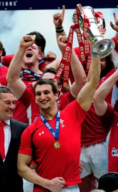 Ecstatic welsh ruggers: Captain Warburton smiling with the Six Nations trophy. Dan Lydiate, Alex Cuthbert, Adam Jones et al., shouting it up in the back. Rugby League, Rugby Players, Welsh Rugby Team, Wales Rugby, Super Rugby, Rugby Men, Six Nations, All Blacks