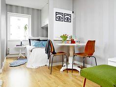 É bom quando encontramos ideias que fogem do usual e servem para pequenos ambientes de apartamentos pequenos. Separei algumas fotos aqui, nem tão novas, mas com soluções originais: