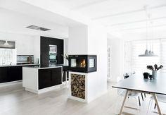 Køkken med mere plads til samvær | Bobedre.dk. Pejs med tre sider