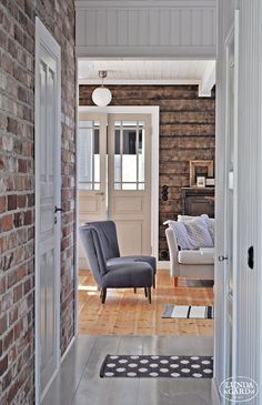 Perfect mix of brick and reclaimed wood. Scandinavian Interior, Home Interior, Interior Design, Living Room Grey, Home Living Room, Country Girl Home, Cottage Style Homes, Sweet Home, House Ideas