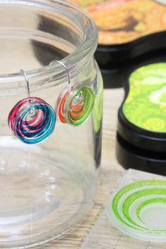 透明のプラ板とスタンプでつくったハンドメイドピアスです。インクはステイズオンミディを使用。スケルトンカラーなので、色のかさなりがたのしめます。