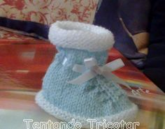 Este sapatinho é mais uma receita que veio do caderno da Aldina. Ela recebeu de uma madre do colégio no qual ela trabalhou por anos. Além d... Knit Baby Shoes, Knit Baby Booties, Crochet Bebe, Knit Crochet, Knitting For Kids, Baby Knitting, Cute Baby Gifts, Viking Tattoo Design, Baby Slippers