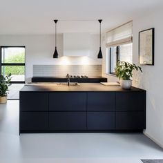De voorzijde van Arpa Fenix fronten zijn voorzien van een krasvaste en ultramatt… The front of Arpa Fenix fronts are provided with a scratch-resistant and ultra-matt top layer of Fenix. Modern Kitchen Design, Interior Design Kitchen, Black Kitchens, Home Kitchens, Modern Kitchens, Kitchen Styling, Kitchen Decor, Diy Kitchen, Black Ikea Kitchen