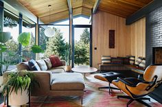 Browse mid century modern living room decorating ideas and furniture layouts. Discover design inspiration from a variety of living rooms. Mid Century Modern Living Room, Mid Century House, Mid Century Modern Design, Modern House Design, Modern Interior Design, Modern Decor, Modern Interiors, House Interiors, Maison Eichler