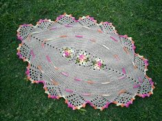 Tapete oval confeccionado em barbante de excelente qualidade. Em destaque flores lisas mescladas no centro e lista e bico com acabamento rosa mesclado. Cores disponíveis: da foto. R$ 45,00f