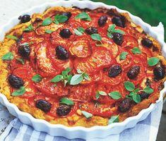 För dig som gillar tomater kommer den här tarten att bli en höjdare. Stingig dijonsenap breds på pajdegen som du fyller med tomater, vitlök, oliver och cheddarost och sedan bakar i ugnen. Otroligt gott!