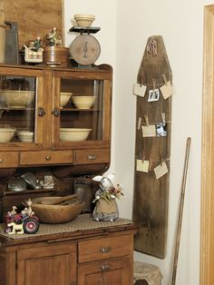Staple a few rows of twine to a wood ironing board, and then attach favorite recipes and photos with clothespins! Prim Decor, Country Decor, Rustic Decor, Farmhouse Decor, Country Chic, Antique Ironing Boards, Wood Ironing Boards, Antique Decor, Vintage Decor