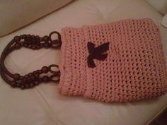 borsa a forma di secchiello con manici in legno etnici e fiocco applicato