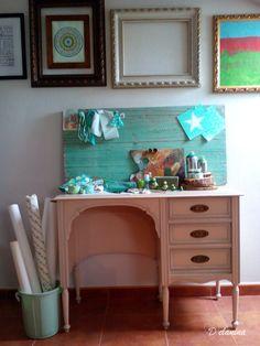 Rincon de trabajo con una vieja madera verde mint como tablero de inspiración.